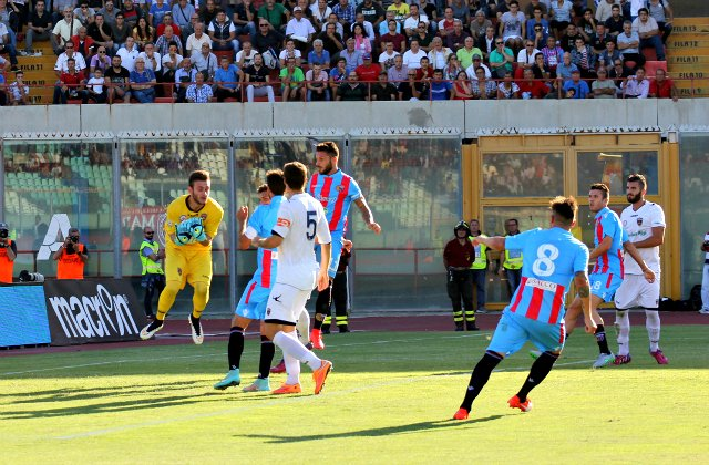 Inizio in salita per il Catania penalizzato di 6 punti. -1 anche per il Fondi