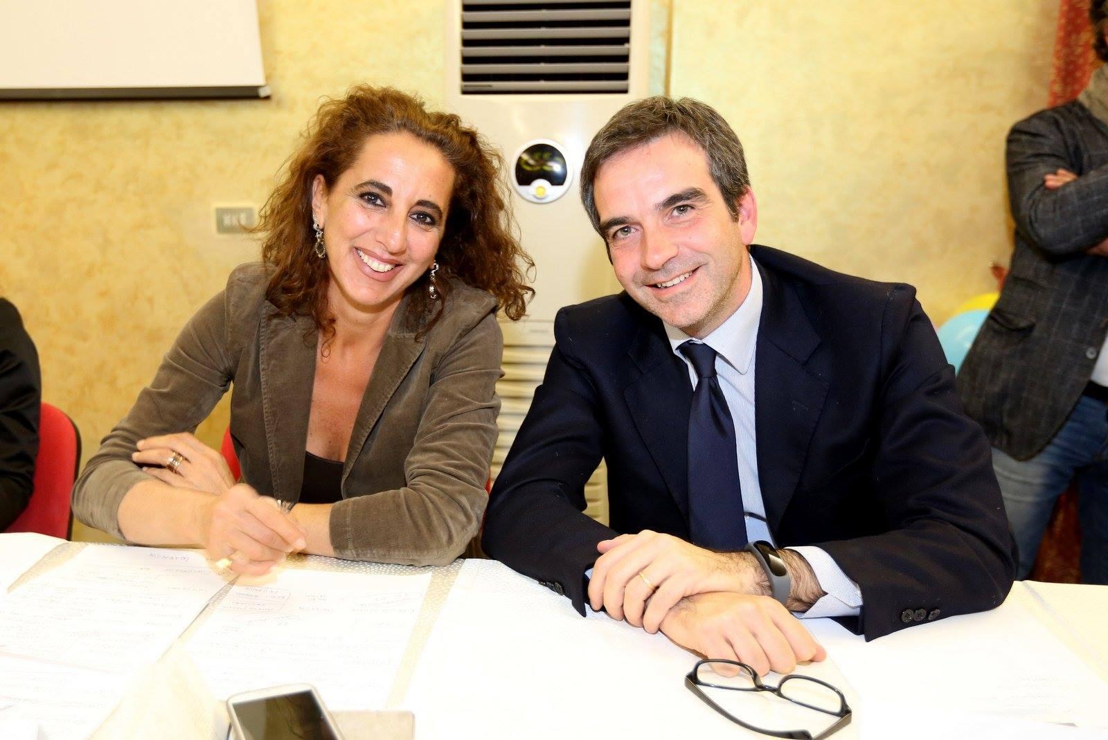 ELEZIONI POLITICHE 2018 | Un deputato in più per i M5S. E dentro Forza Italia scoppia il caos: «Santelli dimettiti…»