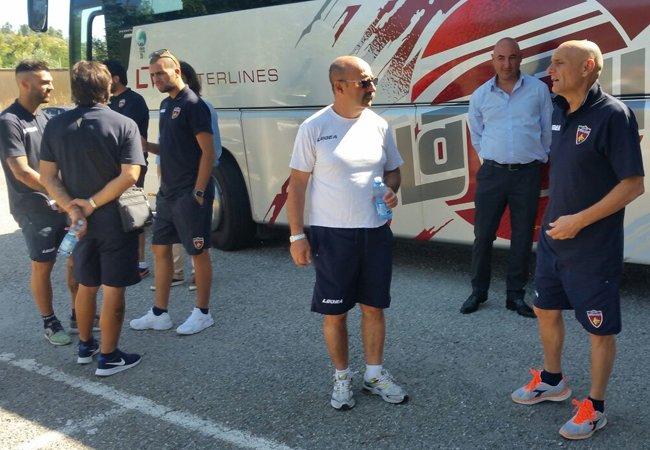 Il Cosenza partito per Lorica. A bordo del pullman 24 calciatori: l'elenco