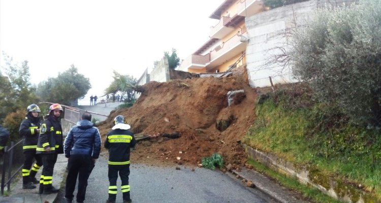 Frana un muro a Montalto, evacuate cinque famiglie