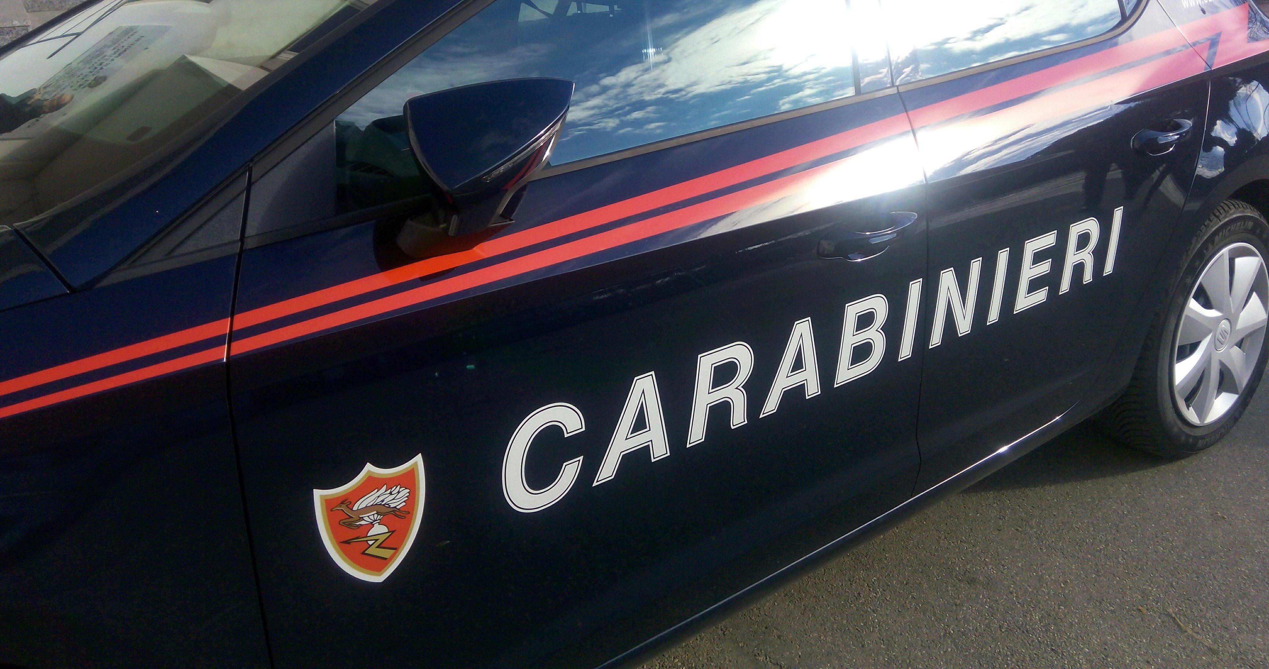 Acri, guida ubriaco e sfonda la serranda di un'abitazione. I carabinieri lo denunciano