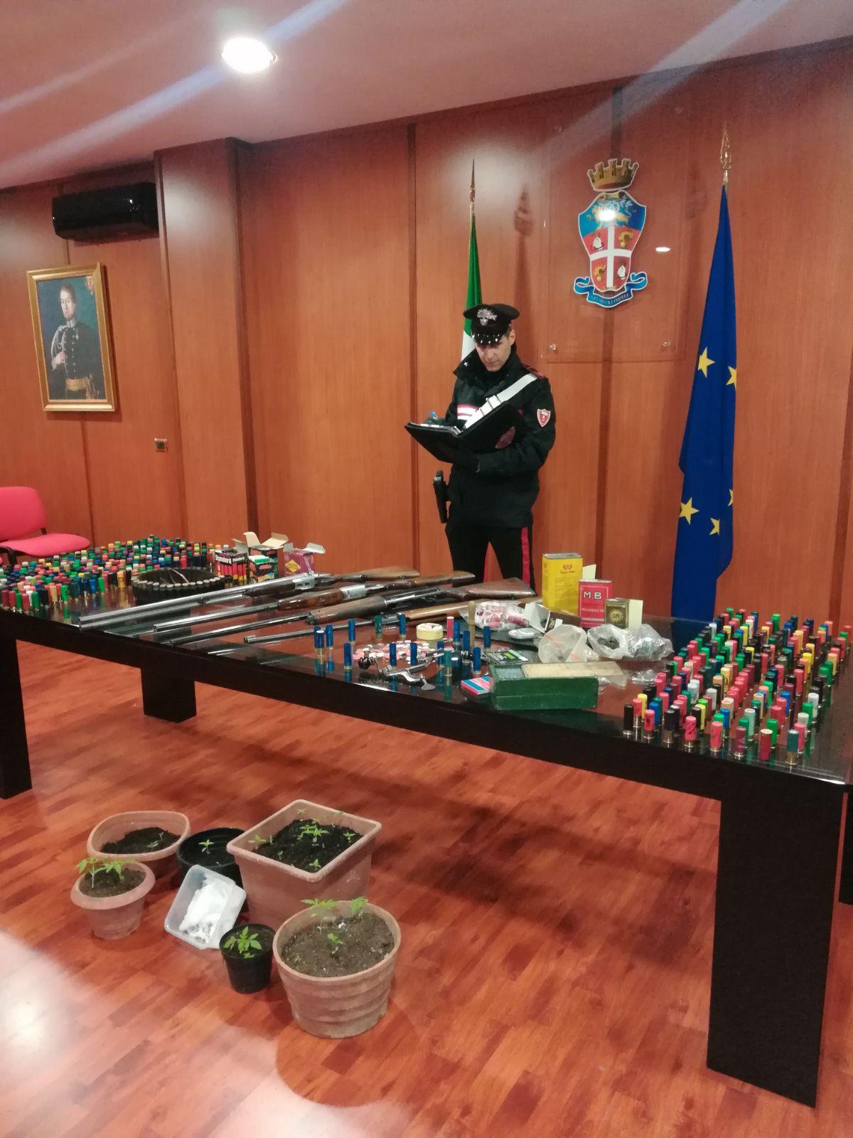 Droga, armi e munizioni nel suo appartamento: arrestato 42enne di Cosenza