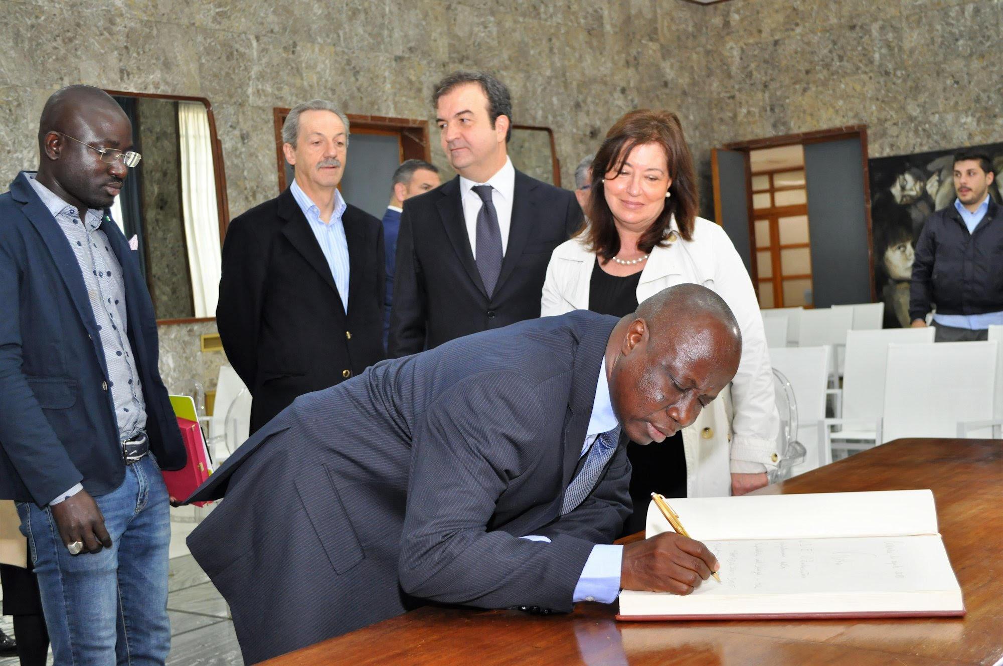 L'ambasciatore del Senegal in visita al sindaco Occhiuto: «Proporrò un gemellaggio tra Cosenza e una delle nostre città»