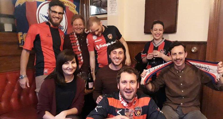 Il tifoso scozzese c'è riuscito! Grande festa al pub coi suoi nuovi amici del Cosenza