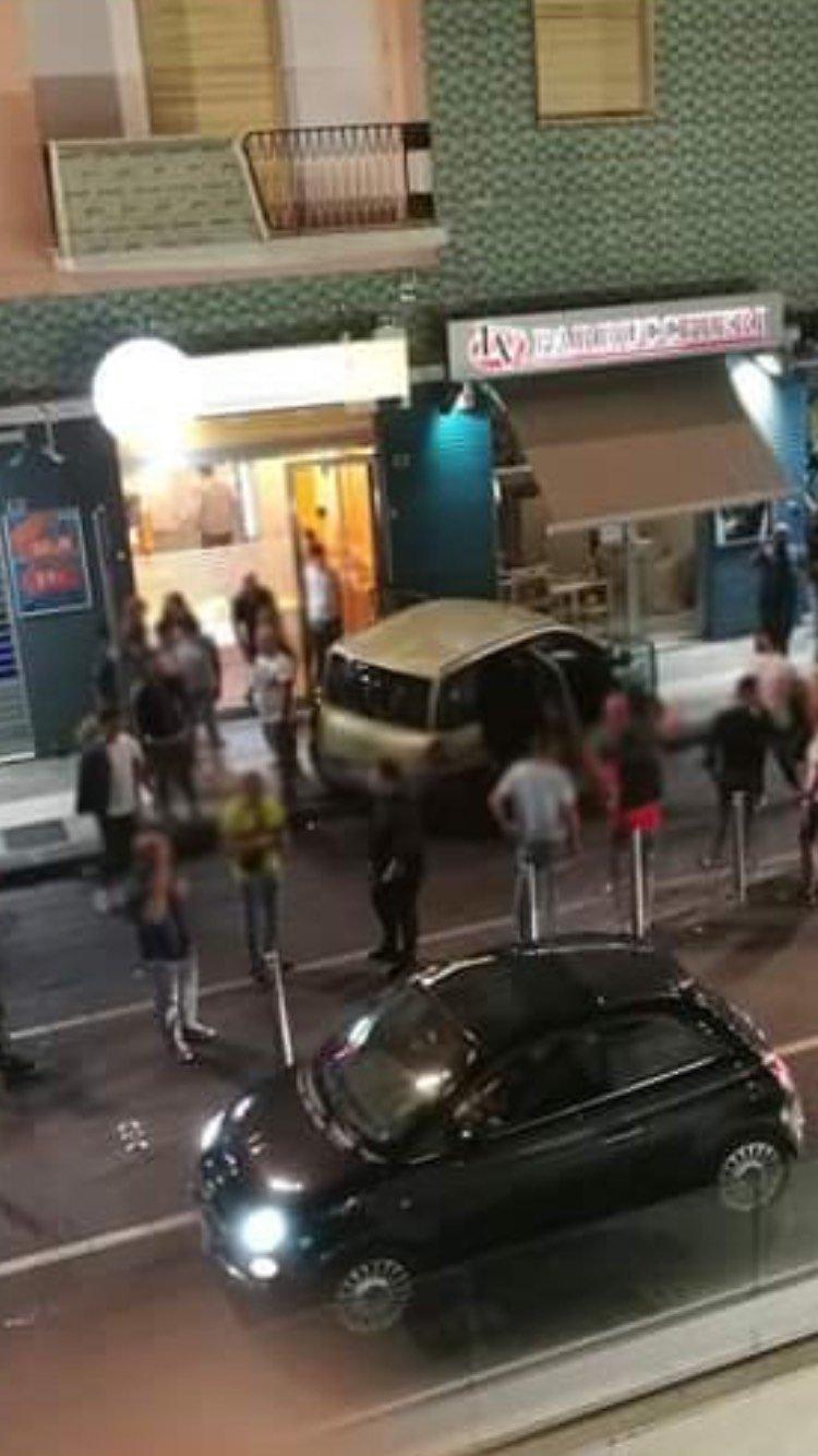 Auto sfonda lo sparti traffico in piazza Bilotti: tanta paura ma nessun ferito