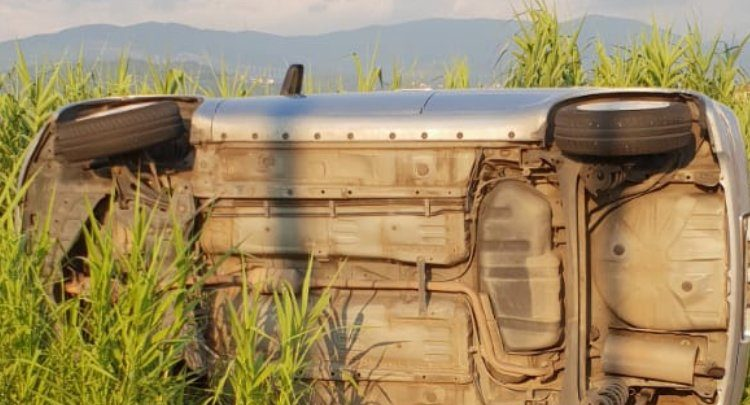 Auto sbanda e finisce fuori strada: illesi due giovani di Cosenza