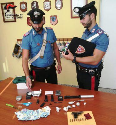 Spacciava controllando la zona con le telecamere: arrestato dai carabinieri