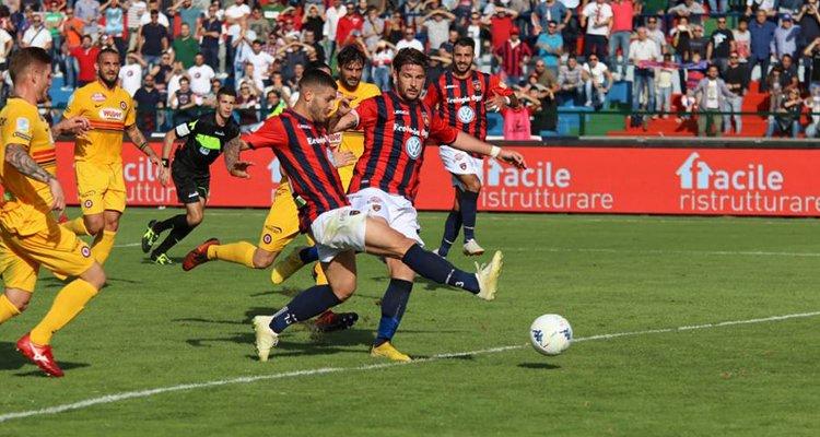 Tutino superstar del Marulla. Il Cosenza annichilisce il Foggia (2-0)
