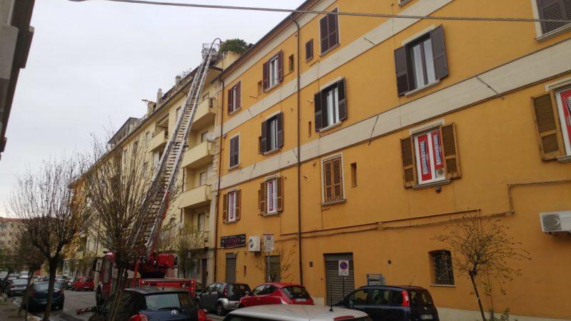 Attico in fiamme in pieno centro a Cosenza: malore per il proprietario