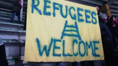 "Photo of ""Refugees Welcome"", la sana ironia dei tifosi rossoblù al ""Bentegodi"""