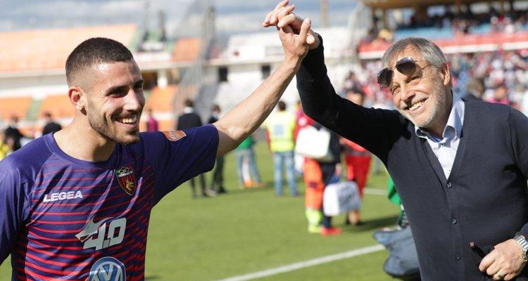 Tutino, gol in rovesciata e lo stadio gli dedica il coro di Maradona [VIDEO]