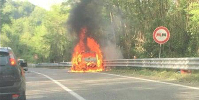 auto in fiamme Crocetta Paola