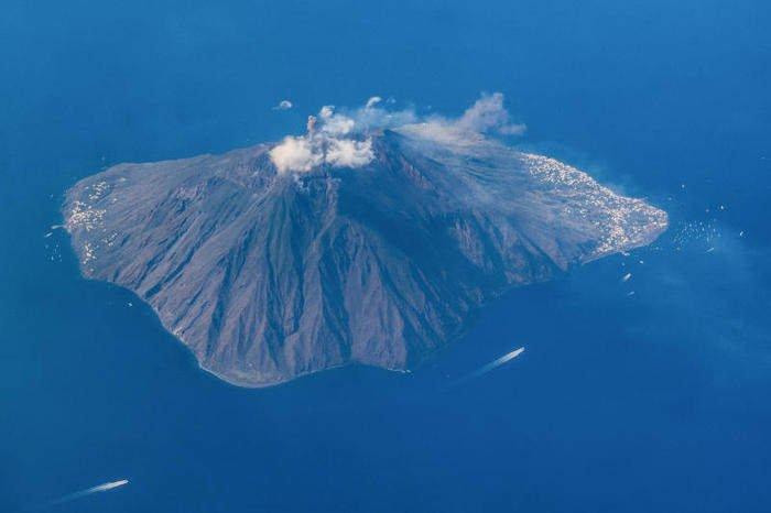 Eruzione a Stromboli: i turisti si gettano in acqua. Morto un escursionista