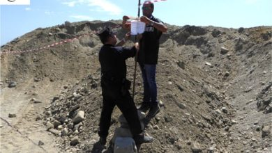 Photo of Prelevavano sabbia dallo Stombi per portarla in un cantiere a Cariati