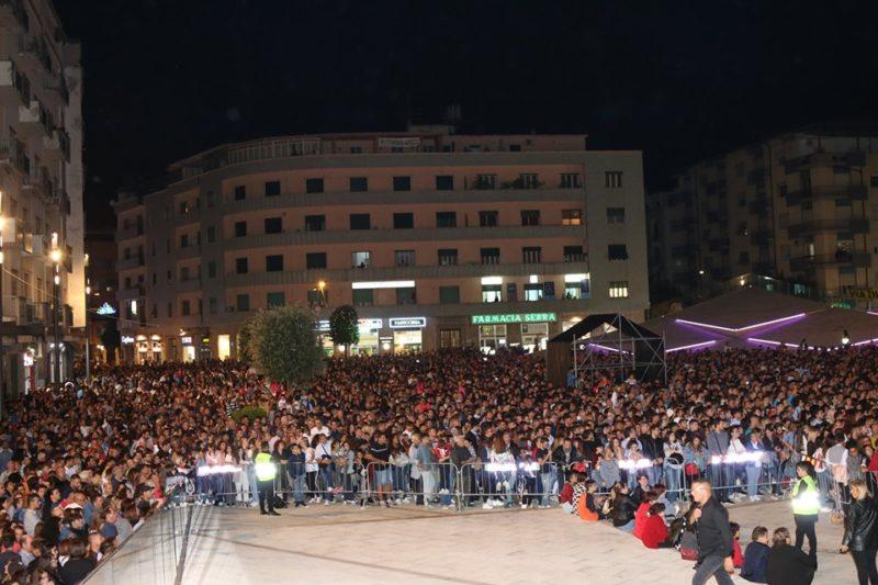 Piazza Bilotti strapiena per il concerto di Mahmoud, ultimo vincitore del Festival di Sanremo
