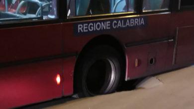 Photo of Cosenza, cede asfalto vicino piazza Loreto: bus bloccato per strada