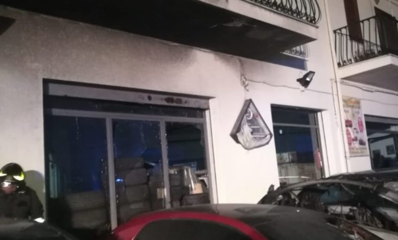 Castrovillari, bruciano oltre dieci auto: incendio spento dai vigili del fuoco