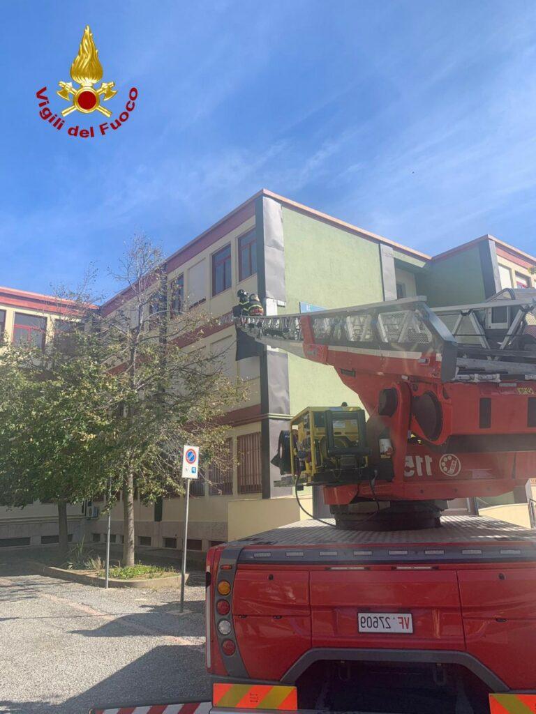 L'intervento dei vigili del fuoco nella cittadina di Paola, dove il forte vento ha creato disagi alla circolazione e alla popolazione.