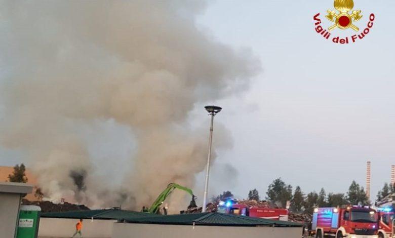 Grosso incendio all'Ecoross di Corigliano Rossano, a fuoco cumuli di rifiuti