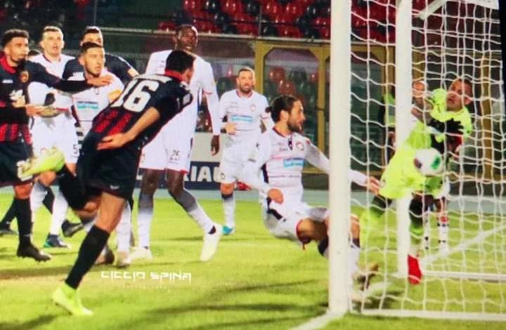 Photo of Cosenza-Crotone, altro caso Muntari. Derby a Stroppa, rabbia Braglia (0-1)