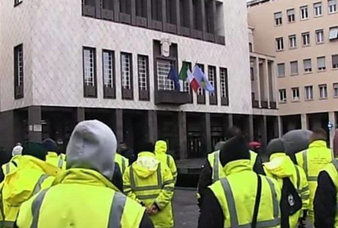 """Operatori di """"Ecologia Oggi"""" in sciopero: «Gravi inadempienze dell'azienda»"""