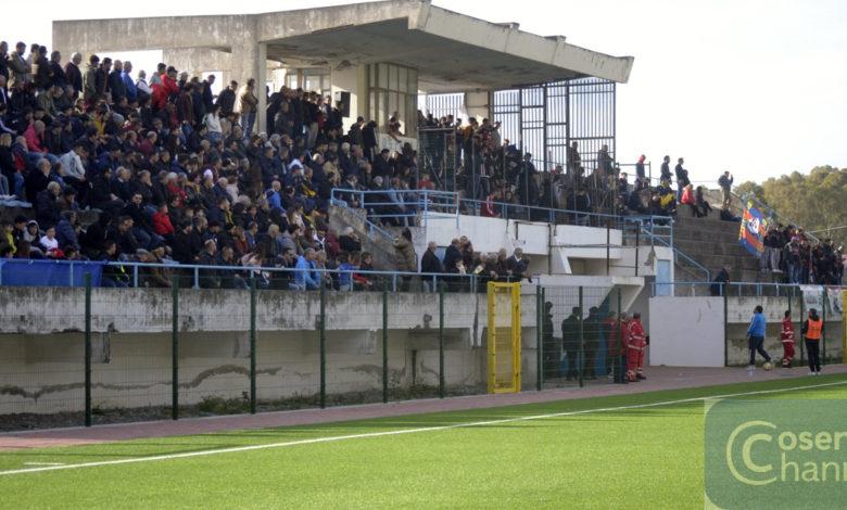 La tribuna dello stadio di Praia.
