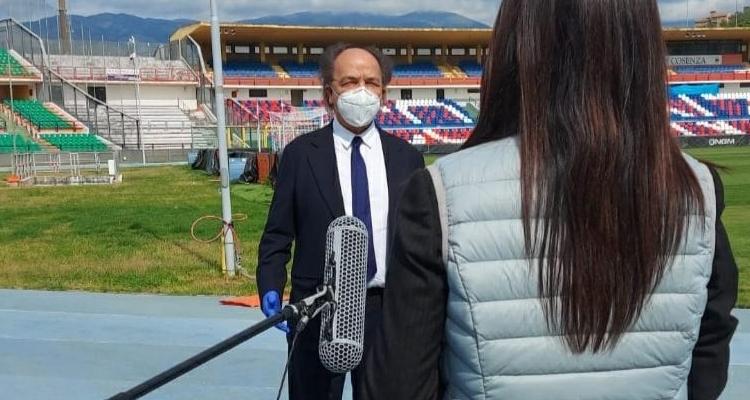 Il presidente del Cosenza, Eugenio Guarascio, con la mascherina