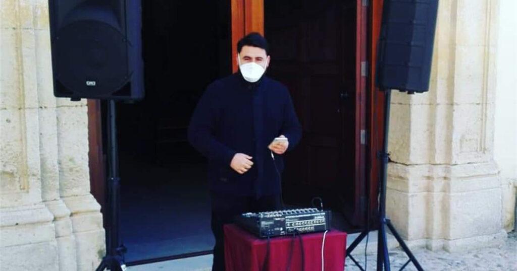 Don Mario Ciardullo durante una sua esibizione da deejay
