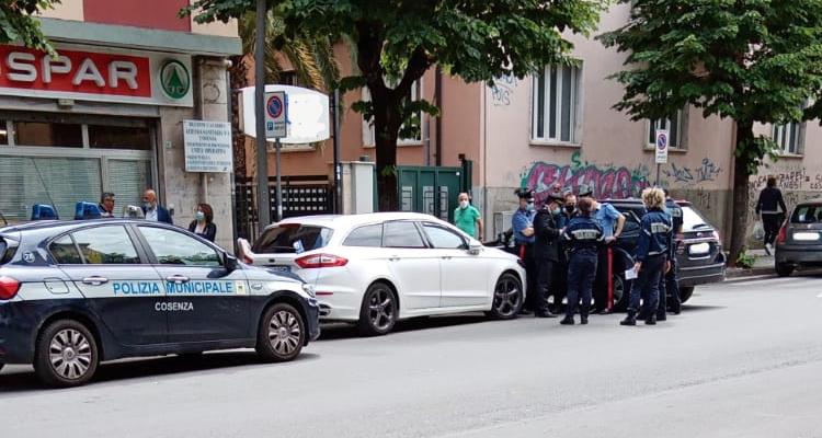 Carabinieri e Polizia Municipale fuori dalla direzione dell'Asp di Cosenza
