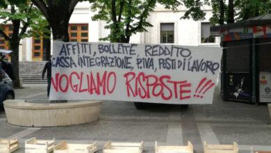 Photo of Cosenza, sit-in di protesta sull'emergenza sociale. Poi attimi di tensione [FOTO – VIDEO]