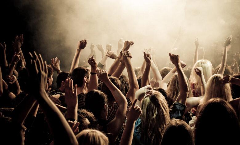 Giovani danzanti in una discoteca all'aperto. In Sicilia si potrà dall'8 giugno