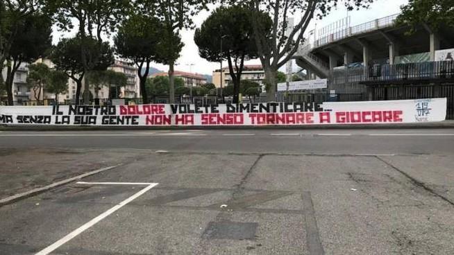 Lo striscione degli ultras Atalanta sulla questione covid-calcio