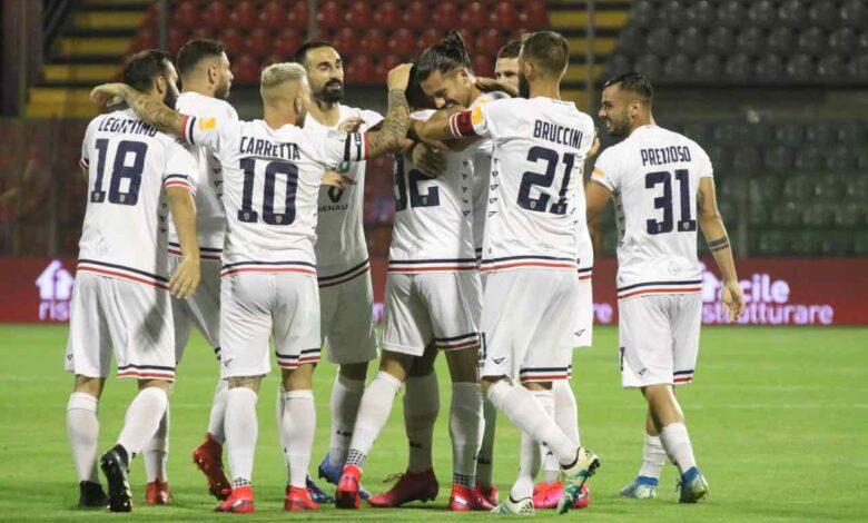 Baez festeggiato dai compagni dopo gol