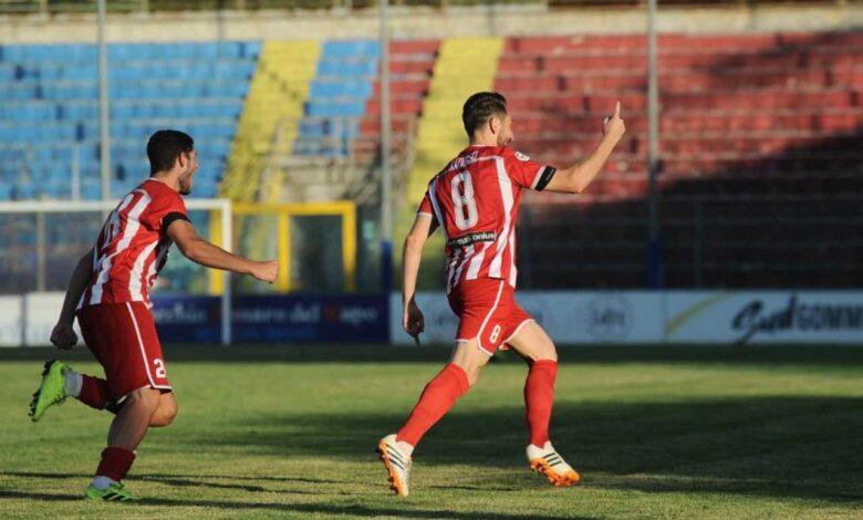 Massimo Loviso esulta dopo il gol segnato contro il Picerno