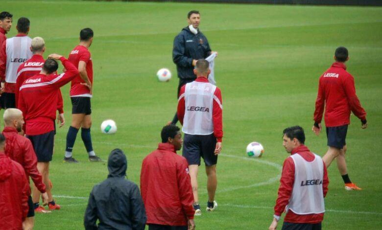 Occhiuzzi durante l'allenamento del Cosenza sotto la pioggia