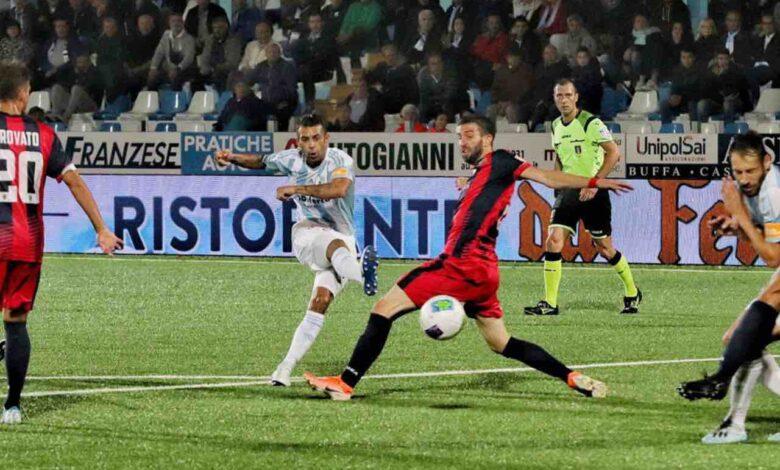 Un'azione del match di andata Virtus Entella-Cosenza