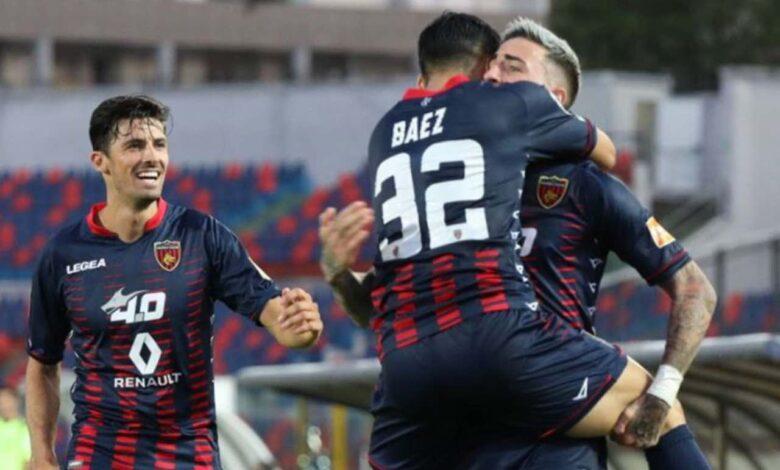 Baez abbraccia Asencio dopo gol Cosenza-Perugia