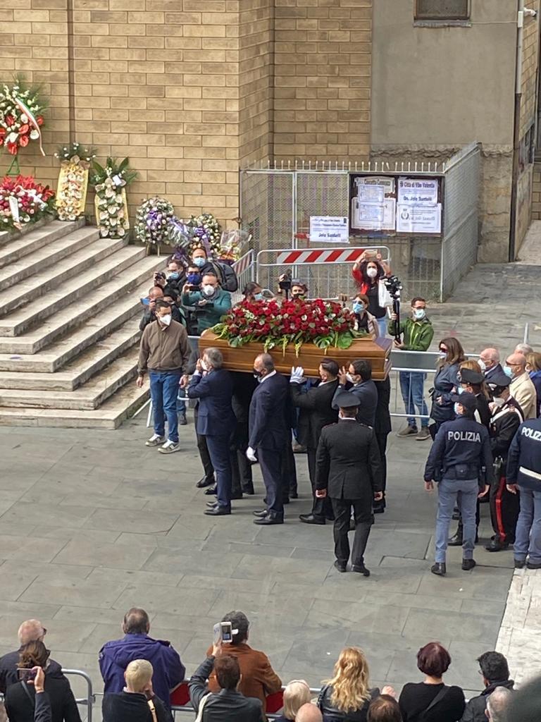 ADDIO A JOLE SANTELLI | Feretro arrivato nella chiesa di San Nicola