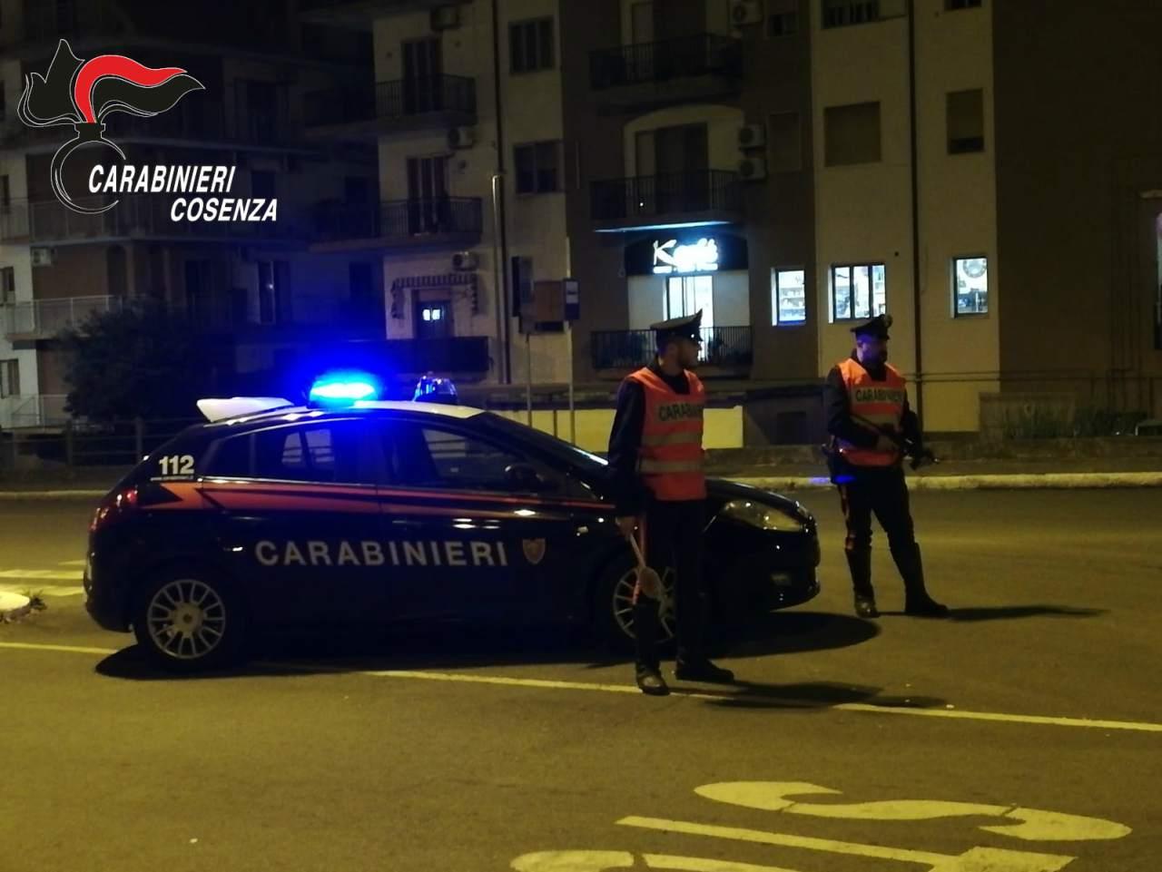Gira di notte nonostante il coprifuoco e tenta di investire i carabinieri: arrestato
