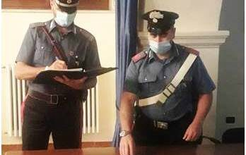Photo of Tenta di disfarsi della droga nascosta in casa, ma i carabinieri lo braccano