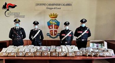 In macchina con 17 kg di cocaina e 5 milioni di euro: arrestate due persone