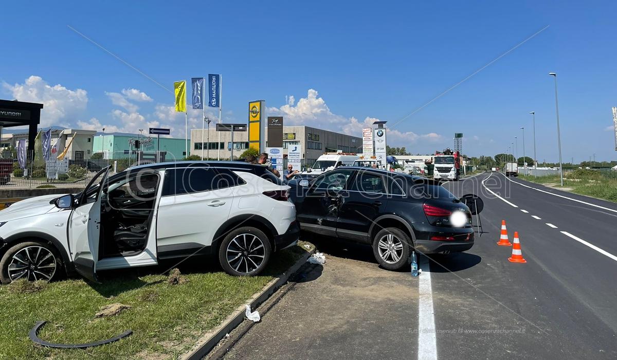 Rende, auto si ribalta vicino a un semaforo: conducente illeso